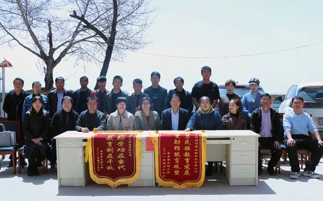 情系民族教育 助推乡村振兴--三江源集团渭河源公司为东乡大树小学捐助课桌椅-渭河源官方网站
